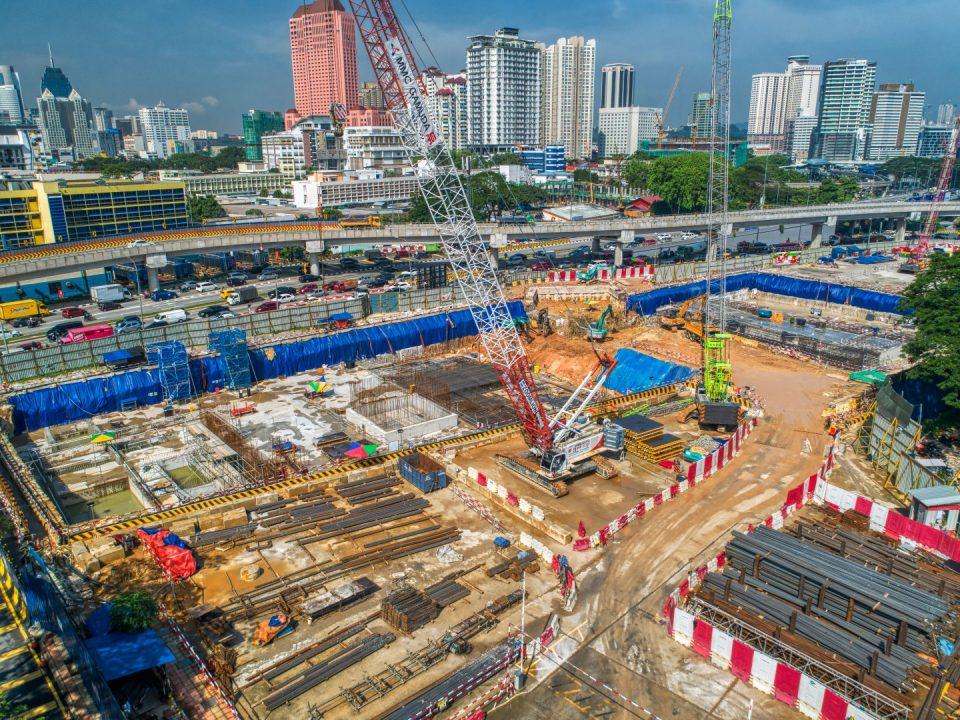 Pandangan udara kerja-kerja pembinaan bagi dinding konkrit tetulang kekotak stesen untuk papak bumbung Stesen MRT Hospital Kuala Lumpur.