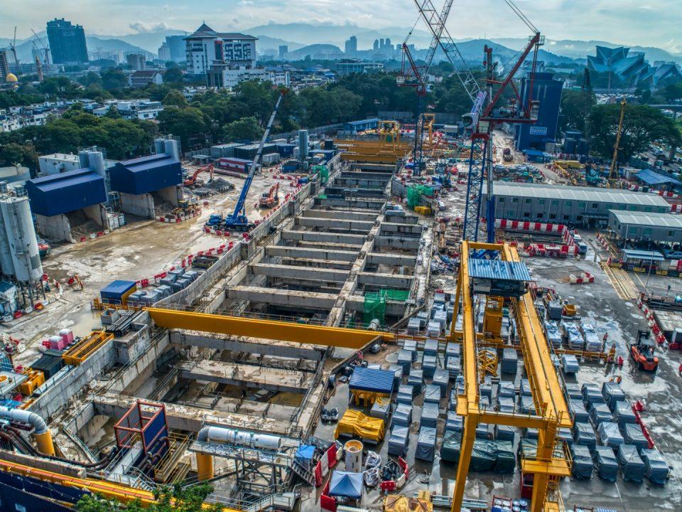 Pandangan udara tapak Stesen MRT Titiwangsa menunjukkan kerja-kerja struktur konkrit tetulang dan terowong sedang dijalankan.