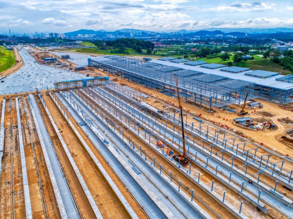 Pandangan udara kerja-kerja sub balast dan struktur besi di kawasan bangsal Depoh Serdang.