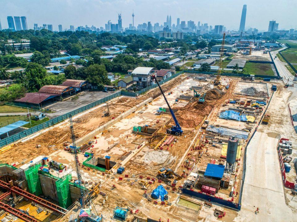 Pandangan udara tapak Stesen MRT Bandar Malaysia Selatan menunjukkan peringkat akhir kerja-kerja penggalian sedang dijalankan.