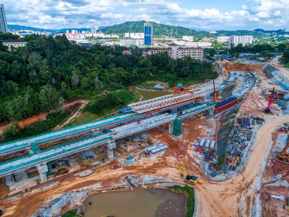 Pelancaran galang kekotak bersegmen dan kerja-kerja ruang legar stesen sedang dijalankan di tapak Stesen MRT Taman Naga Emas.