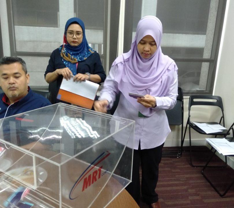 KOTAK UNDI: Cik Ramzahidah dari MMC Gamuda KVMRT (PDP SSP) Sdn Bhd  memasukkan nama ke dalam kotak undi semasa Cabutan Undian Bumiputera MRT Laluan  Sungai Buloh-Serdang-Putrajaya (SSP) yang ke-23