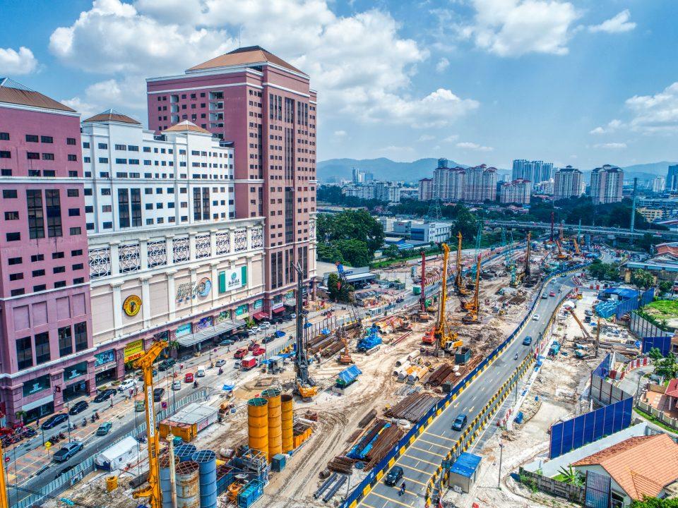 Pandangan udara tapak Stesen MRT Jalan Ipoh menunjukkan kerja-kerja gerek sekan sedang dijalankan.