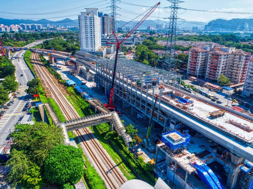 Pandangan udara pembinaan kerja besi sedang dijalankan di tapak Stesen MRT Kampung Batu.