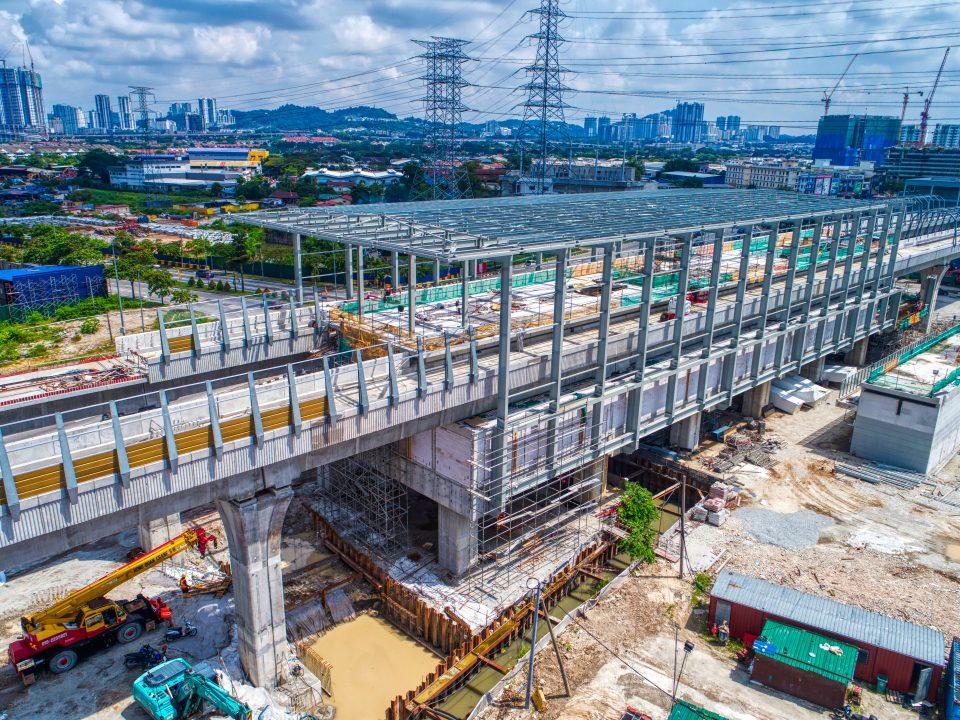 Pandangan udara kerja-kerja pemasangan kerangka atas struktur besi dan pelitupan bumbung dan kerja-kerja seni bina aras ruang legar Stesen MRT Jinjang.
