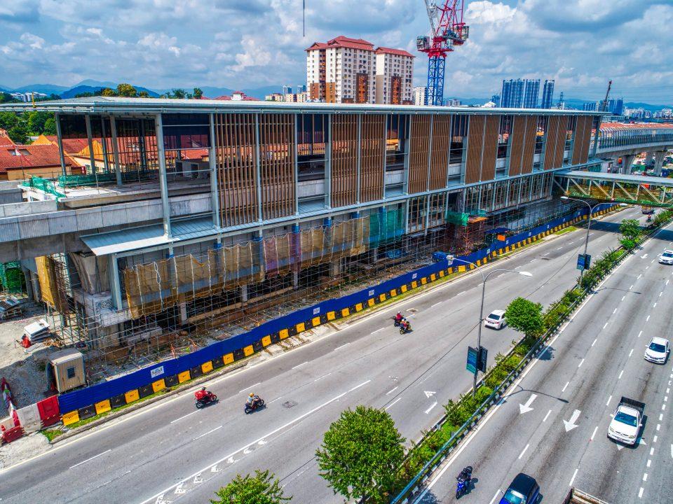 Kerja-kerja kemasan seni bina sedang dijalankan seperti pemasangan mukaan stesen di tapak Stesen MRT Kepong Baru.