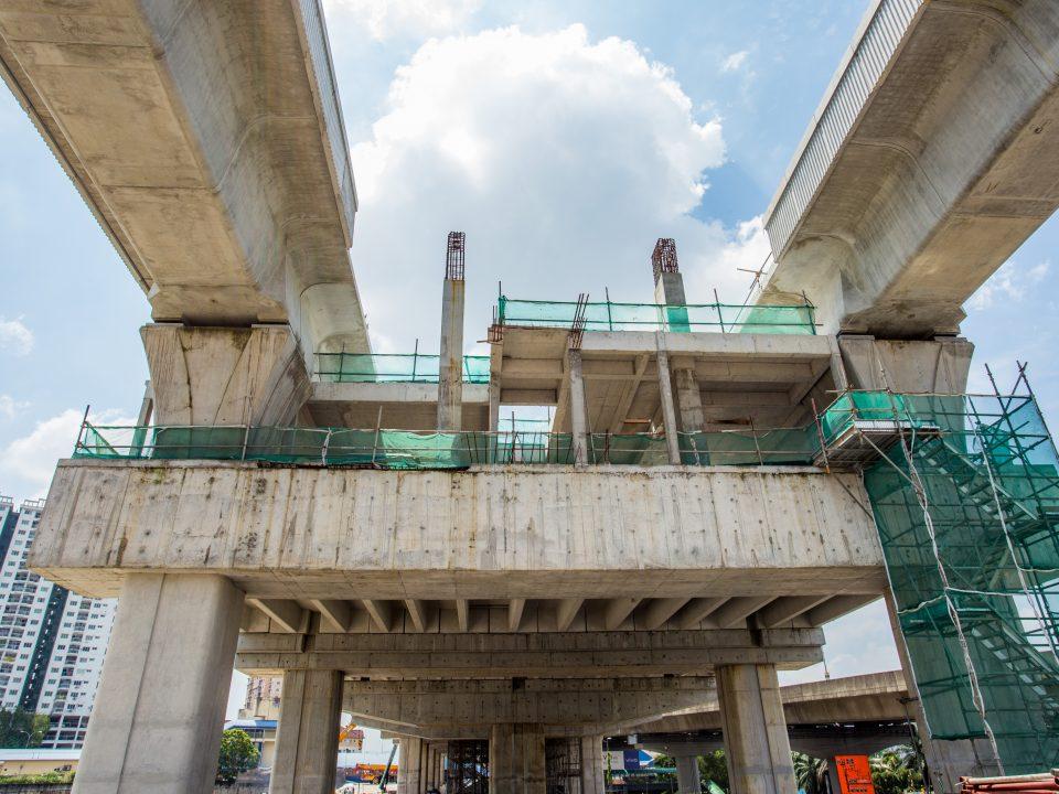 Kerja-kerja pembinaan rasuk dan papak aras platform dan kerja-kerja seni bina seperti tembok bata dan melepa aras ruang legar sedang dijalankan di tapak Stesen MRT Kepong Sentral