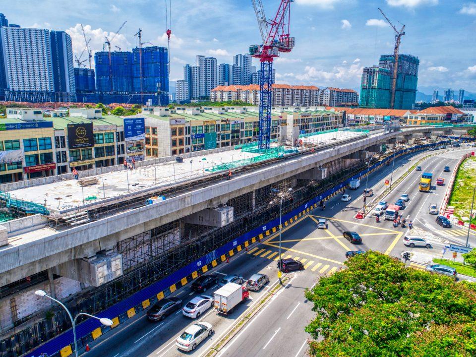 Pandangan udara kerja-kerja pemasangan kerangka bawah struktur besi dan kerja-kerja seni bina aras ruang legar Stesen MRT Metro Prima sedang berjalan.