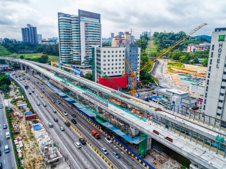 Kerja-kerja persediaan untuk papak ruang legar sedang dijalankan di tapak Stesen MRT Sri Damansara Barat.