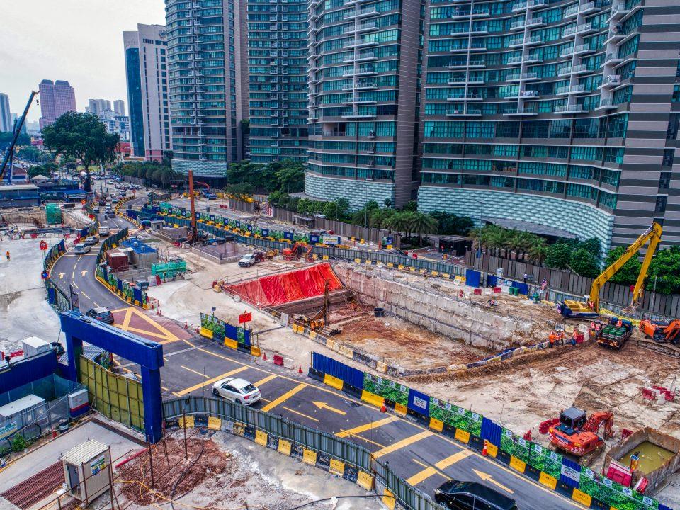 Pandangan udara tapak Stesen MRT Kampung Baru Utara menunjukkan papak bumbung dan kerja-kerja ruang legar sedang dibina.