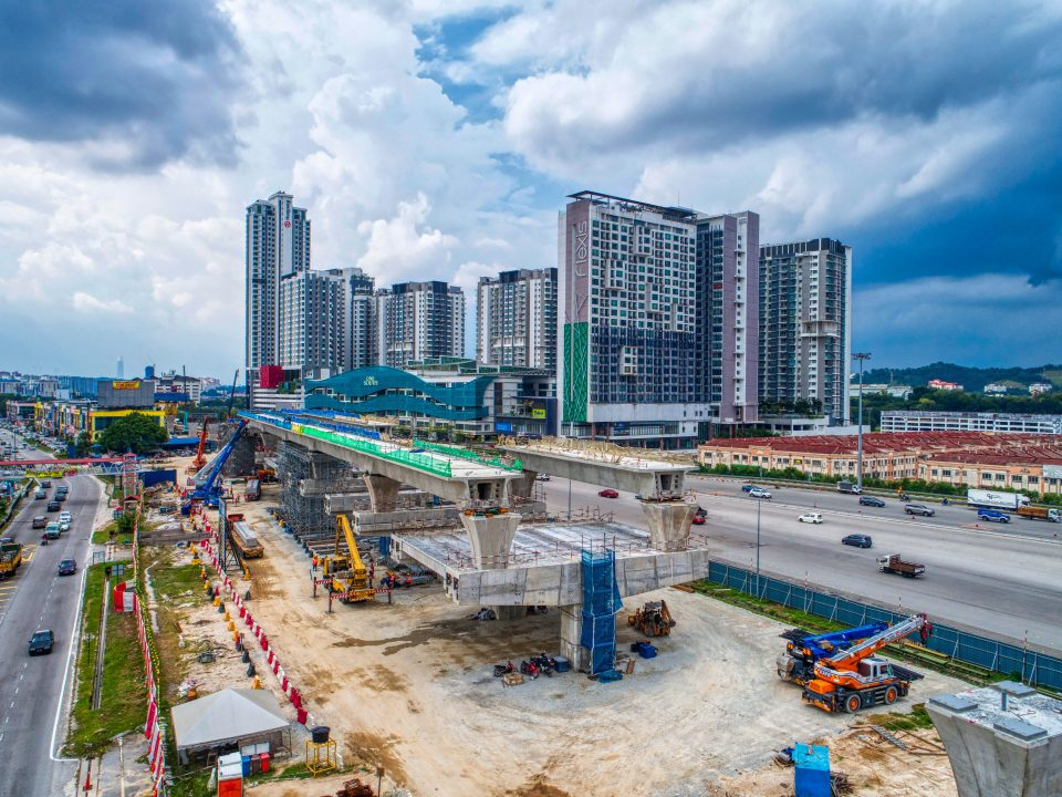 Pandangan udara pelancaran galang kekotak bersegmen yang sudah siap dan persediaan untuk pelancaran platform penyangga di tapak Stesen MRT Serdang Raya Utara.