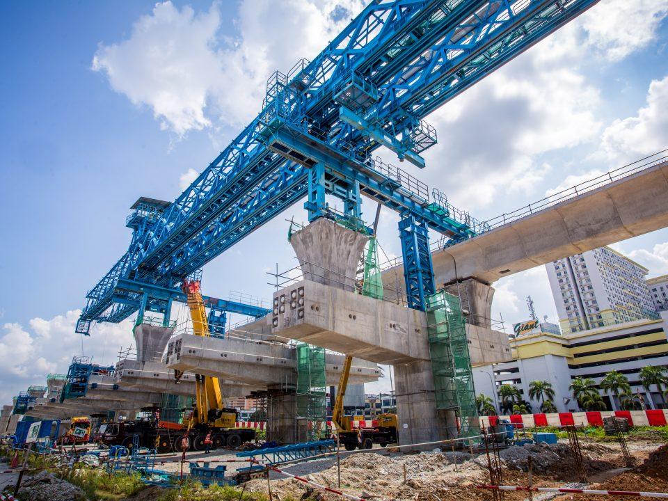 Kerja-kerja pembinaan galang kekotak bersegmen sedang dijalankan di tapak Stesen MRT Serdang Raya Selatan.