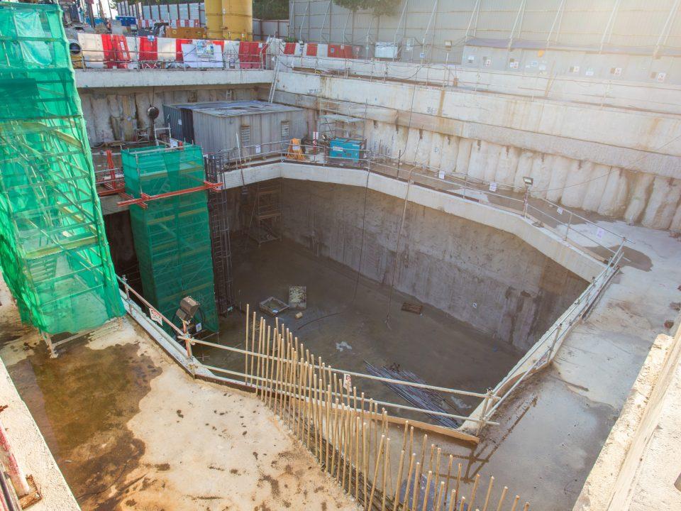 Pandangan Syaf Kecemasan 1 menunjukkan aras bilik loji dengan pembukaan sementara untuk pengambilan semula mesin pengorek terowong.