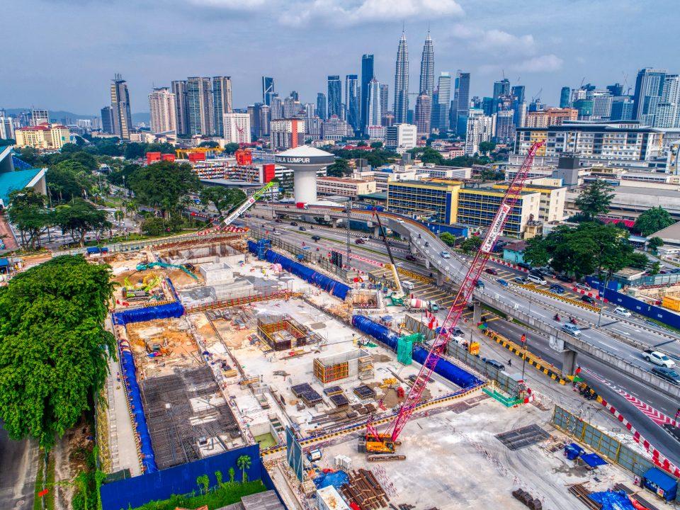 Pandangan kerja-kerja pembinaan untuk konkrit bertetulang papak bumbung Pintu Masuk C Stesen MRT Hospital Kuala Lumpur.