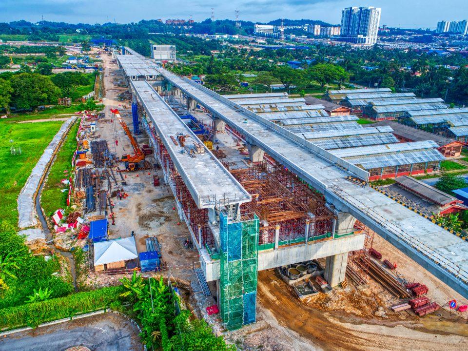 Pandangan udara Stesen MRT UPM menunjukkan pembinaan ruang legar stesen.