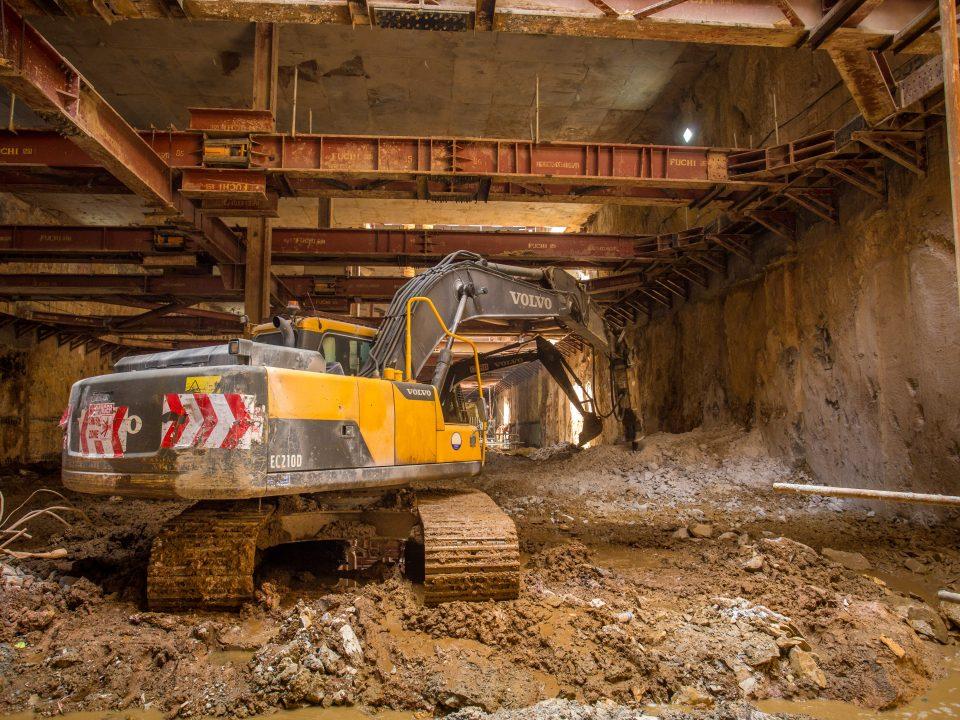 Kerja-kerja pemecahan batu untuk peringkat akhir penggalian sedang dijalankan di tapak Bandar Malaysia Selatan.