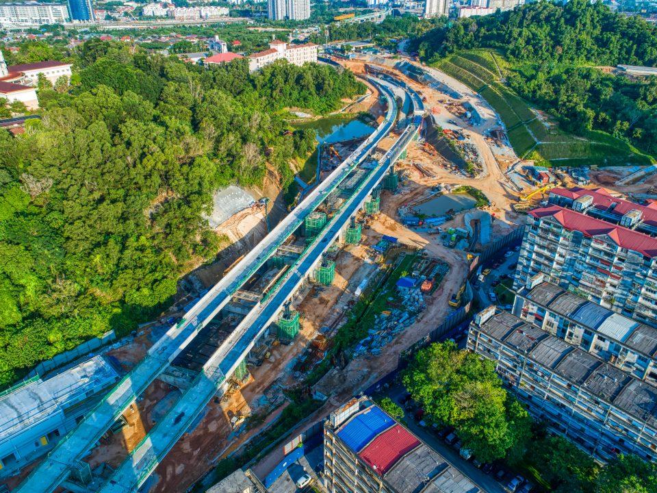 Pandangan udara tapak Stesen MRT Taman Naga Emas menunjukkan kerja-kerja aras tengah stesen sedang berjalan.