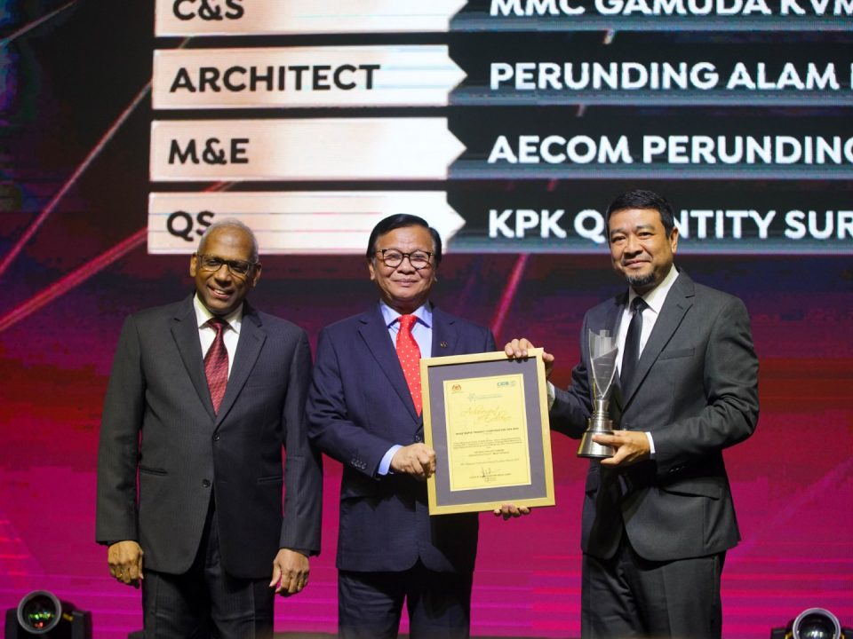 BEST PROJECT: Mass Rapid Transit Corporation Sdn Bhd Chief Executive Officer Encik Abdul Yazid Kassim (right) receiving the 'Best Project Award – Infrastructure (Major Category)' from Deputy Minister of Works, YB Tuan Haji Mohd Anuar Mohd Tahir (middle) and Malaysia Construction Industry Excellence Award (MCIEA) 2018 Prominent Player Award winner, Dato' Sri Kandan Kanagainthiram (left),  during the MCIEA 2019 event held at W Hotel, Kuala Lumpur.