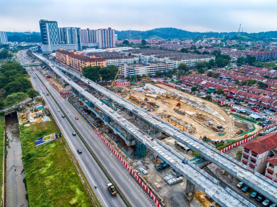 Pandangan udara rentang yang telah siap dibina di tapak Stesen MRT Taman Equine