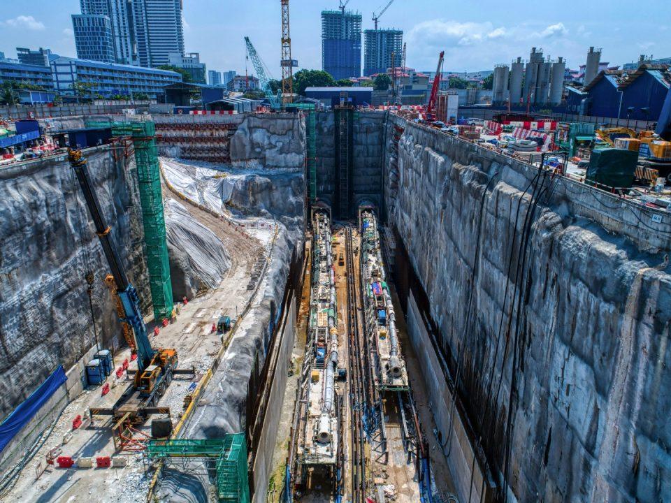 Pandangan udara tapak Stesen MRT Chan Sow Lin menunjukkan kerja-kerja pelancaran mesin pengorek terowong sedang dijalankan.