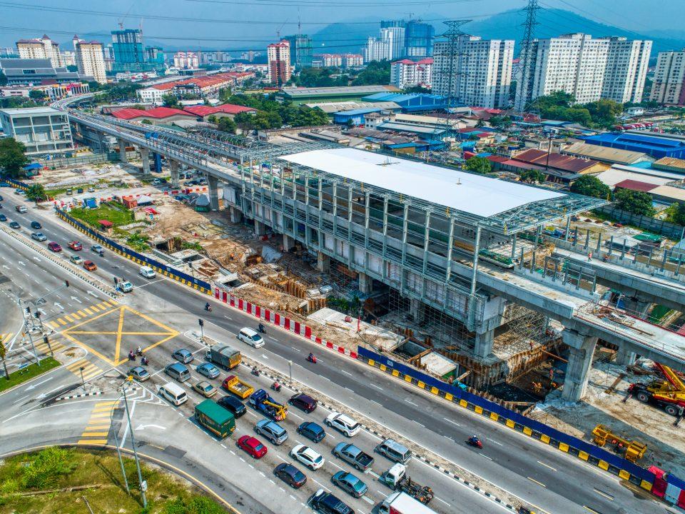 Pandangan udara kerja-kerja pemasangan kerangka atas struktur besi dan pelitupan bumbung di Stesen MRT Jinjang. Kerja-kerja pembinaan rasuk dan papak yang sudah siap juga boleh kelihatan.