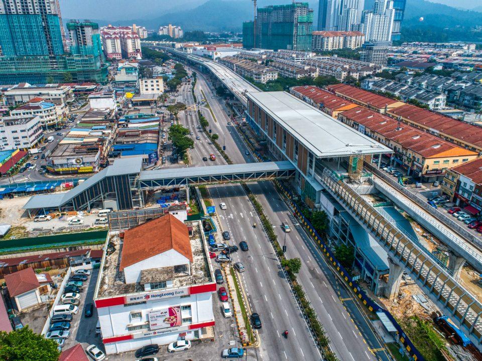 Kerja-kerja seni bina dan mekanikal dan elektrikal sedang dijalankan seperti pemasangan mukaan stesen, kekotak galang dan pembendungan kabel untuk stesen dan pintu masuk di tapak Stesen MRT Kepong Baru.