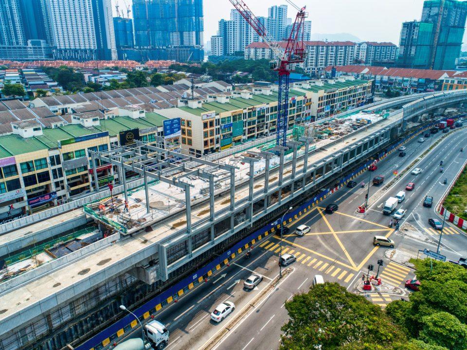 Pandangan udara kerja-kerja pemasangan kerangka atas struktur besi sedang dijalankan di Stesen MRT Metro Prima. Kerja-kerja yang telah siap untuk rasuk, papak dan tiang di paras platform juga boleh dilihat.