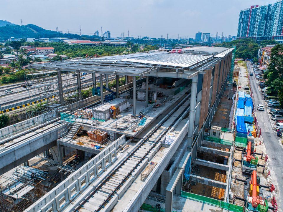 Pandangan udara kerja-kerja seni bina dan struktur Stesen MRT Damansara Damai sedang berjalan.