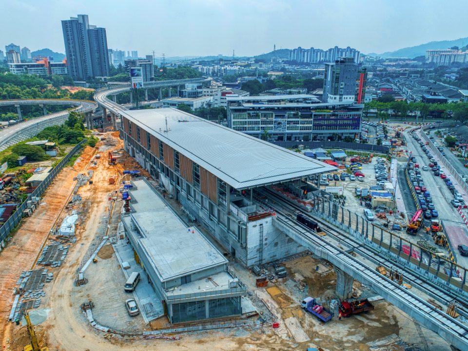Pandangan udara kerja-kerja seni bina dan struktur stesen sedang dijalankan di tapak Stesen MRT Sri Damansara Timur
