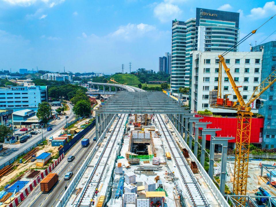 Pandangan udara pemasangan kekasau stesen sedang dijalankan di tapak Stesen MRT Sri Damansara Barat.