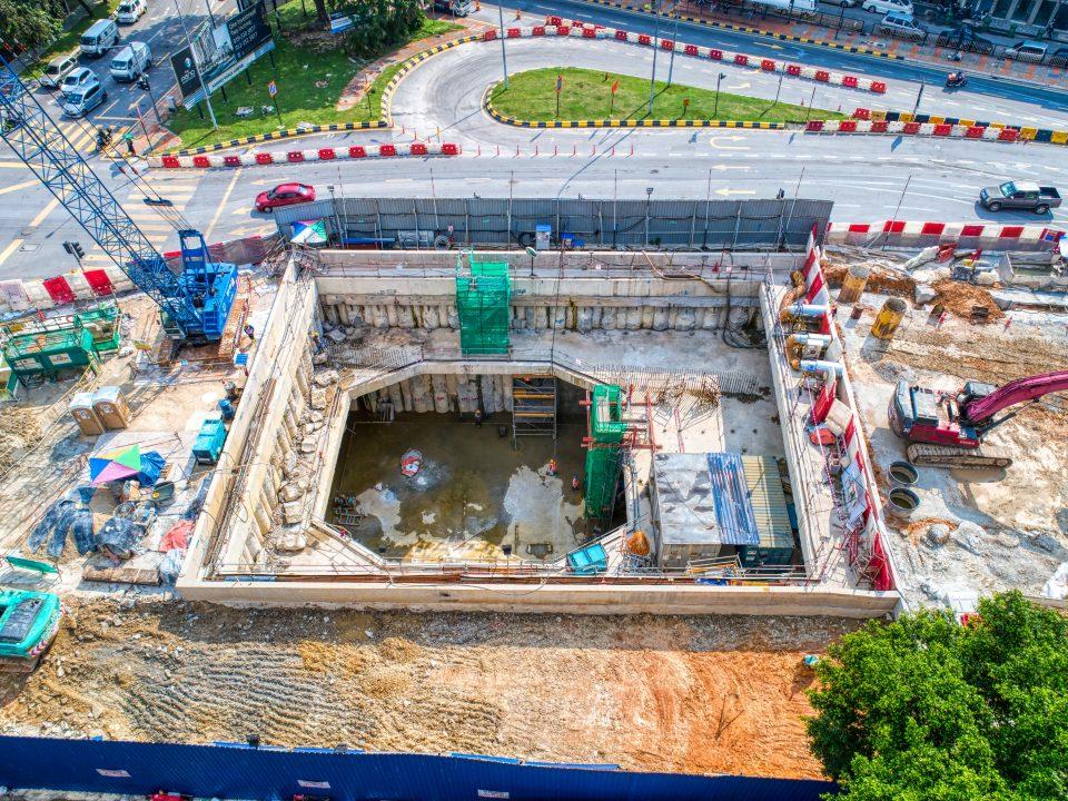 Pandangan udara Syaf Kecemasan 1 menunjukkan kerja-kerja pembinaan asas kren 200 tan dan 600 tan untuk pengambilan semula mesin pengorek terowong.