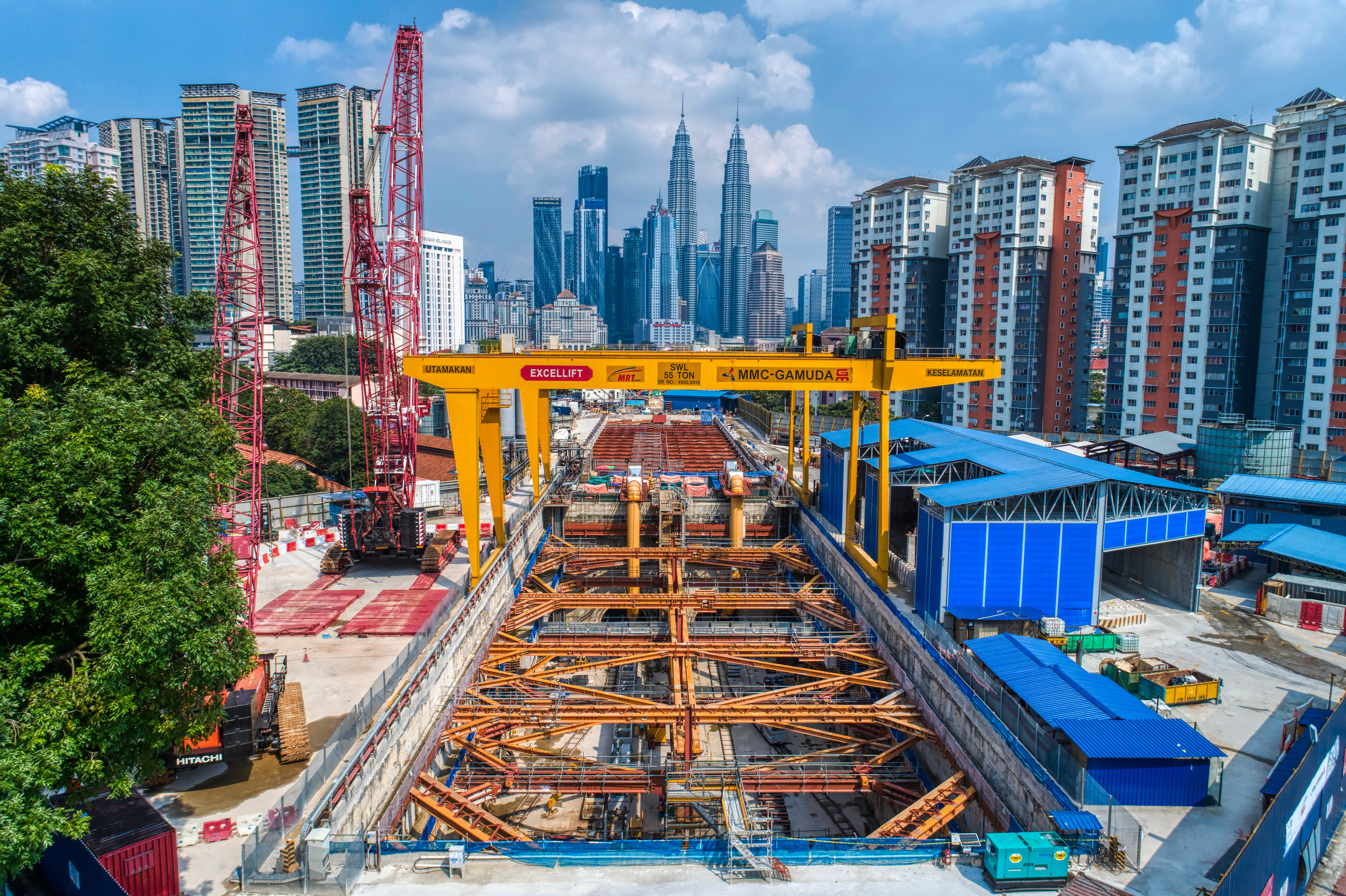 Pandangan udara Persilangan Hospital Kuala Lumpur dan Syaf Penyelenggaraan 1 menunjukkan kerja-kerja terowong sedang dijalankan ke Stesen MRT Ampang Park dan pengambilan semula mesin pengorek terowong dari Stesen MRT Titiwangsa.