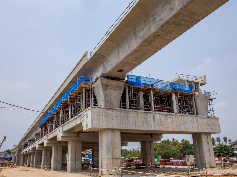 Kerja-kerja pembinaan aras tengah Stesen MRT UPM sedang berjalan.