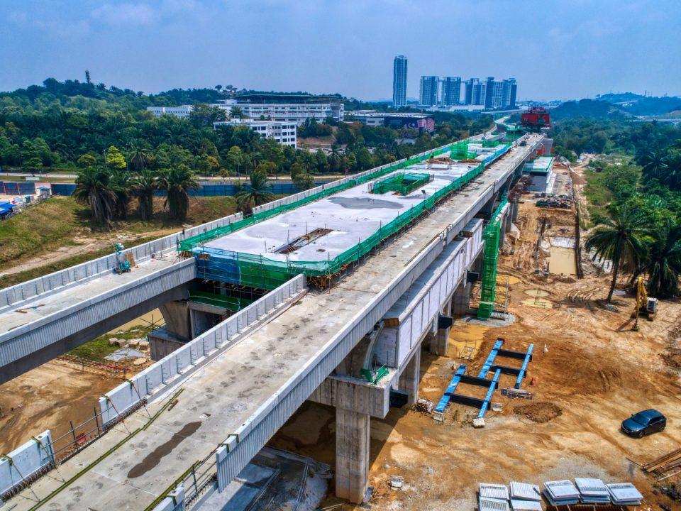 Pandangan udara Stesen MRT Cyberjaya City Centre menunjukkan ruang legar dan aras tengah yang telah siap dan platform untuk rasuk pasca tegangan sedang dijalankan.