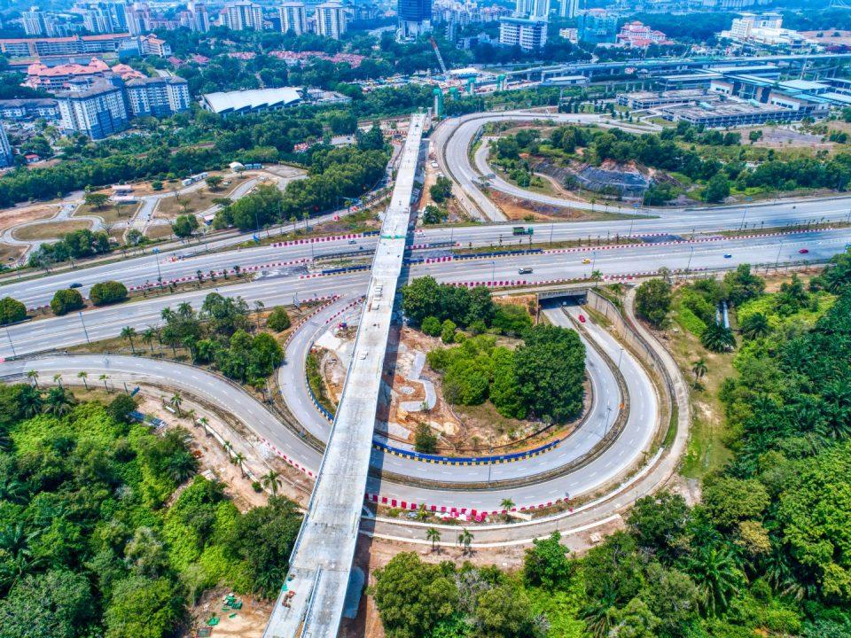 Pandangan udara kerja-kerja pemasangan parapet dan penggantung kabel telah siap di persilangan Lebuhraya Putrajaya-Cyberjaya.
