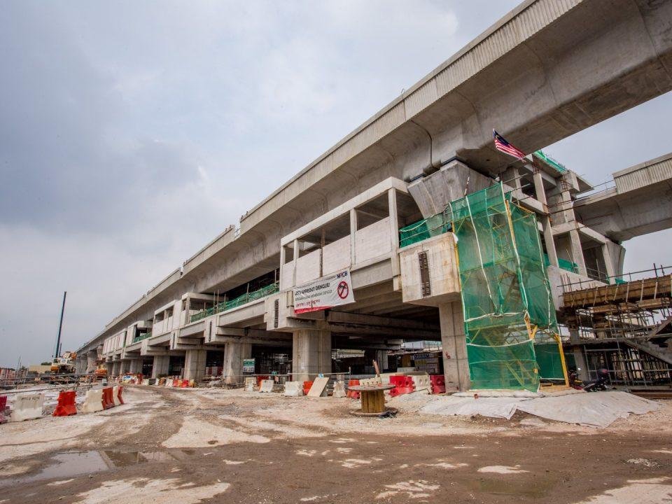 Pandangan udara Stesen MRT Putrajaya Sentral menunjukkan ruang legar dan aras tengah yang telah siap dan platform untuk rasuk pasca tegangan dan kerja-kerja blok sedang dijalankan.