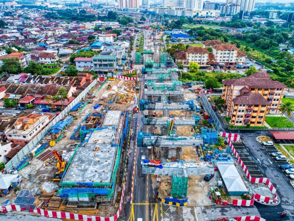 Pandangan udara tapak Stesen MRT Seri Kembangan menunjukkan kerja-kerja pembinaan untuk kepala tiang dan bangunan utiliti.
