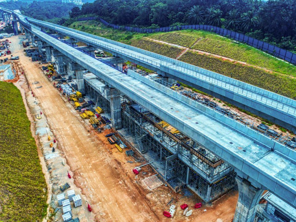 Pandangan udara tapak Stesen MRT Cyberjaya Utara menunjukkan kerja-kerja senibina sedang berjalan.