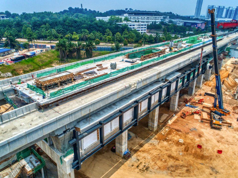 Pandangan udara Stesen MRT Cyberjaya City Centre menunjukkan platform stesen yang telah siap