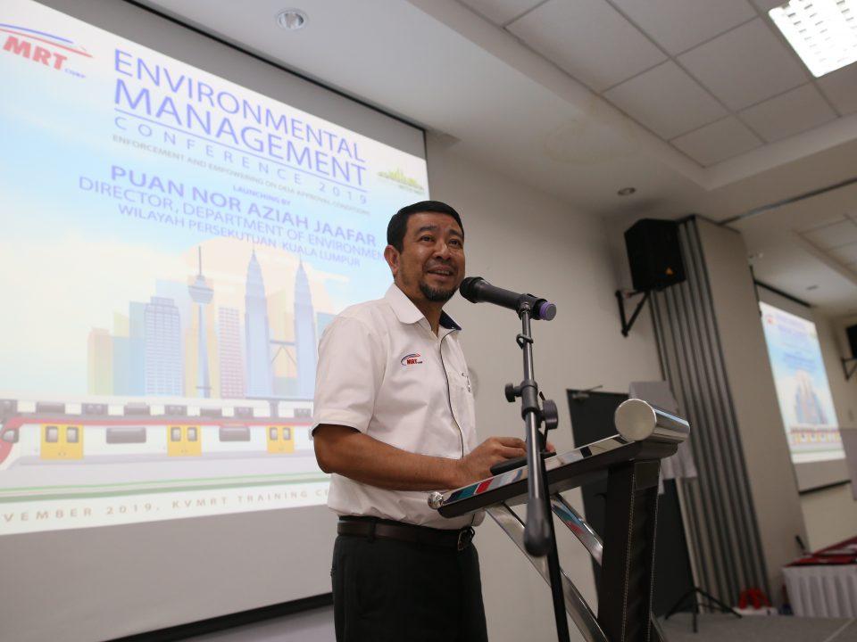 SELAMAT DATANG: Ketua Pegawai Eksekutif Mass Rapid Transit Corporation Sdn Bhd, Encik Abdul Yazid memberi kata-kata aluan kepada semua tetamu dan peserta Persidangan Pengurusan Alam Sekitar KVMRT 2019.