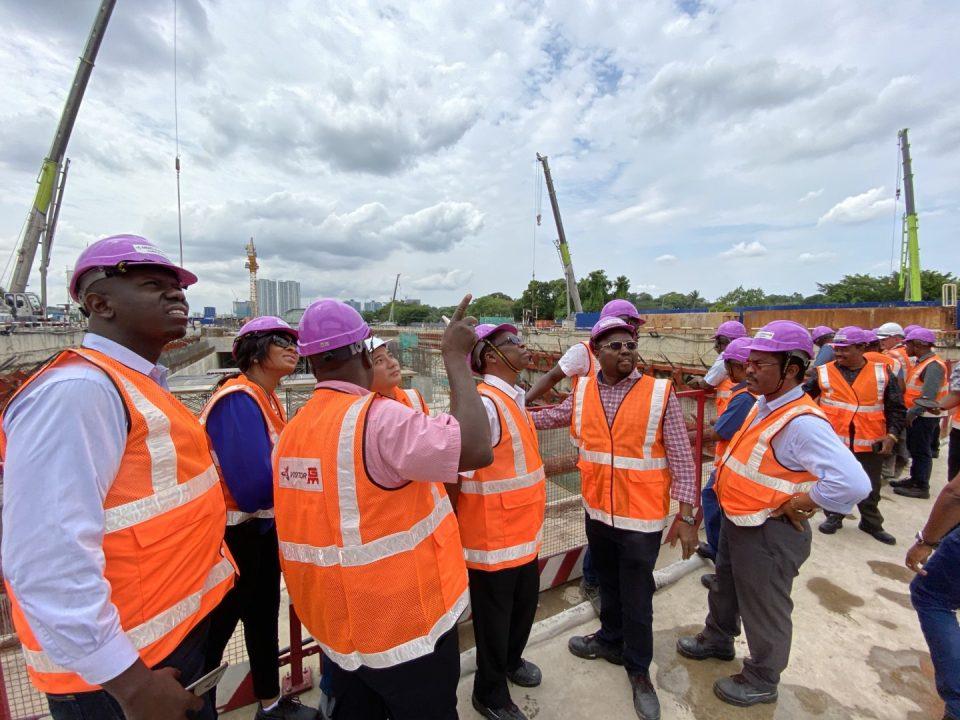 DEK TINJAUAN: Pelawat dari Association of Citizen Contractors Tanzania melihat tapak pembinaan Stesen MRT Bandar Malaysia Utara dari platform dek tinjauan