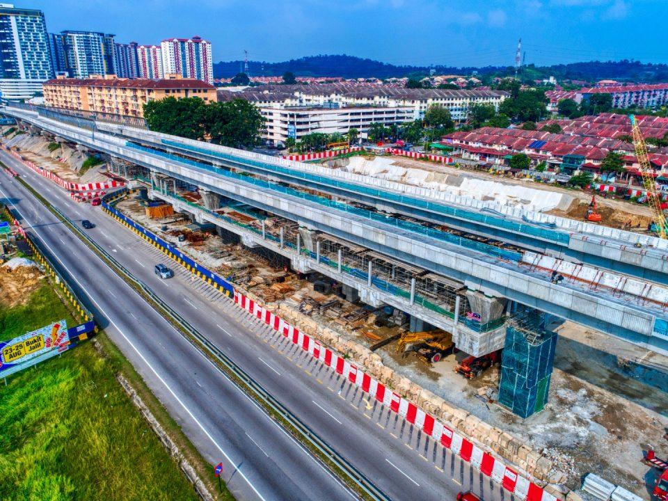 Pandangan udara pembinaan aras tengah Stesen MRT Taman Equine sedang dijalankan
