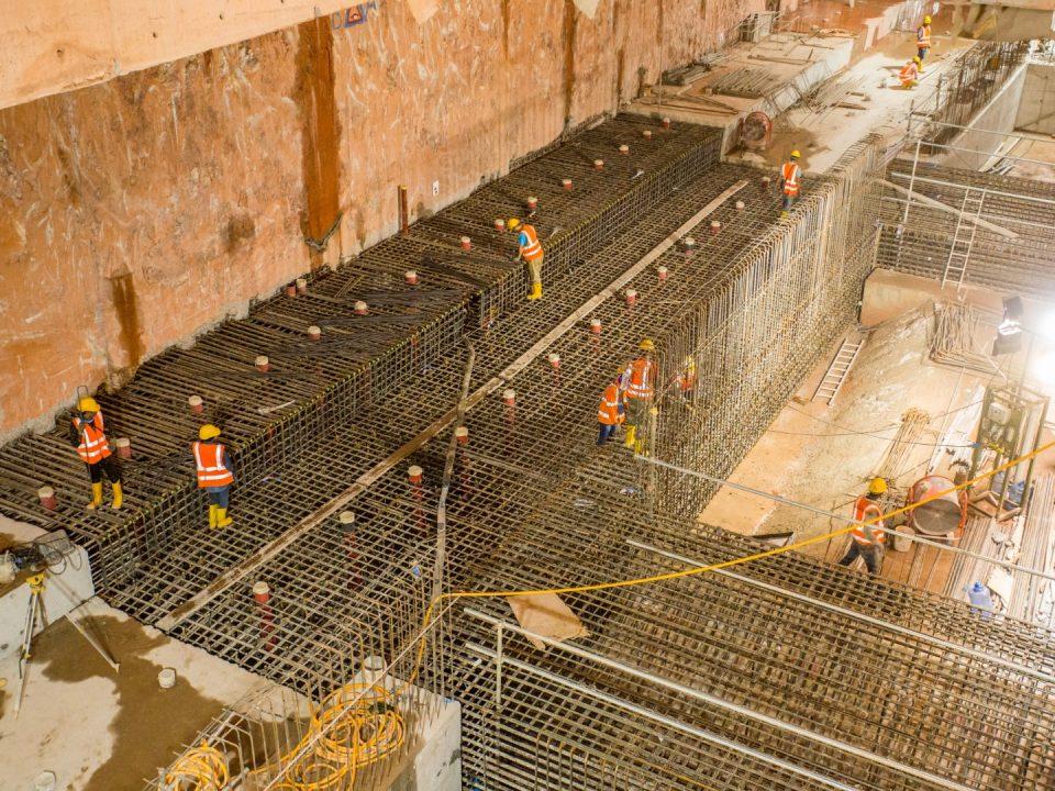 Pandangan tapak Stesen MRT KLCC Timur menunjukkan kemajuan papak bawah platform dan pemasangan bar pengukuhan rasuk waler.