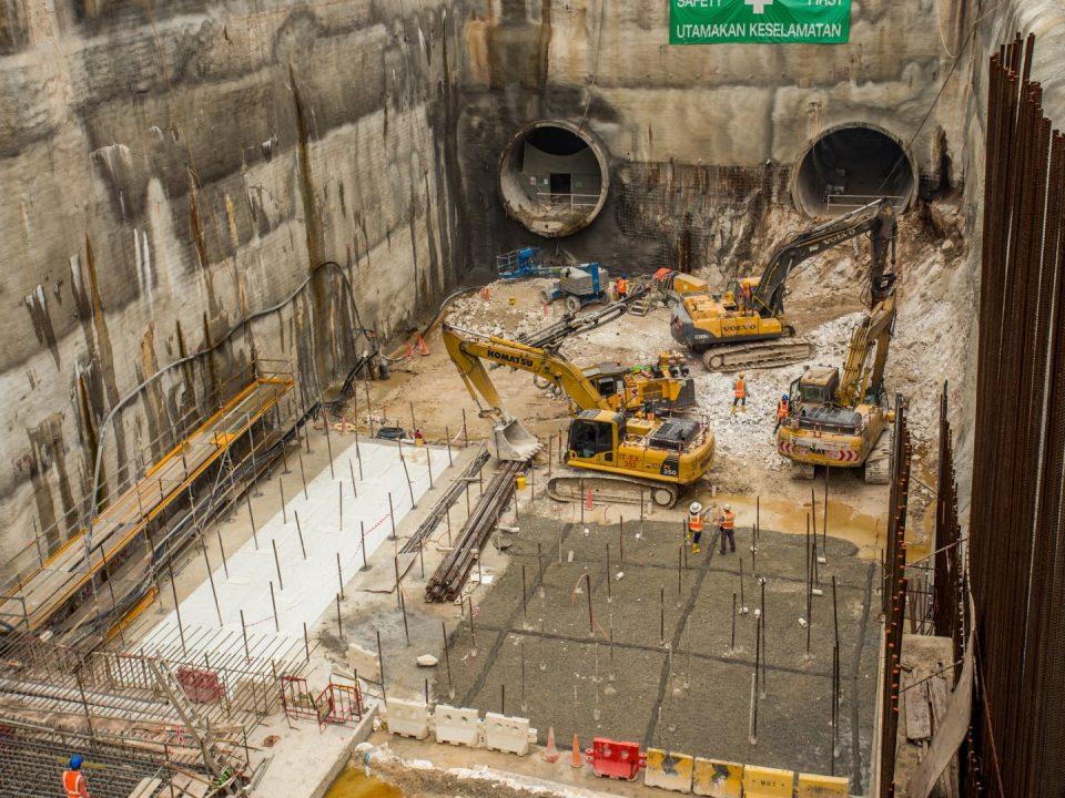 Penggalian peringkat terakhir dan pembinaan asas papak sedang dijalankan di tapak Stesen MRT Chan Sow Lin.