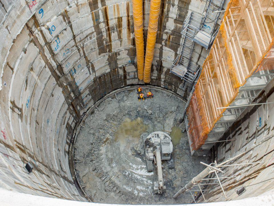 Pandangan kerja-kerja penggalian syaf dan dinding pelapik konkrit tetulang sementara sedang dijalankan di tapak Syaf Kecemasan 2