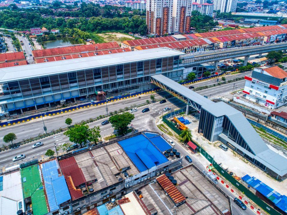 Pandangan udara pemasangan bumbung dan mukaan yang telah siap untuk kekotak stesen, Pintu Masuk 2 dan jejantas pejalan kaki Stesen MRT Kepong Baru. Juga boleh dilihat adalah pembinaan yang sedanga dijalankan untuk Pintu Masuk 1.