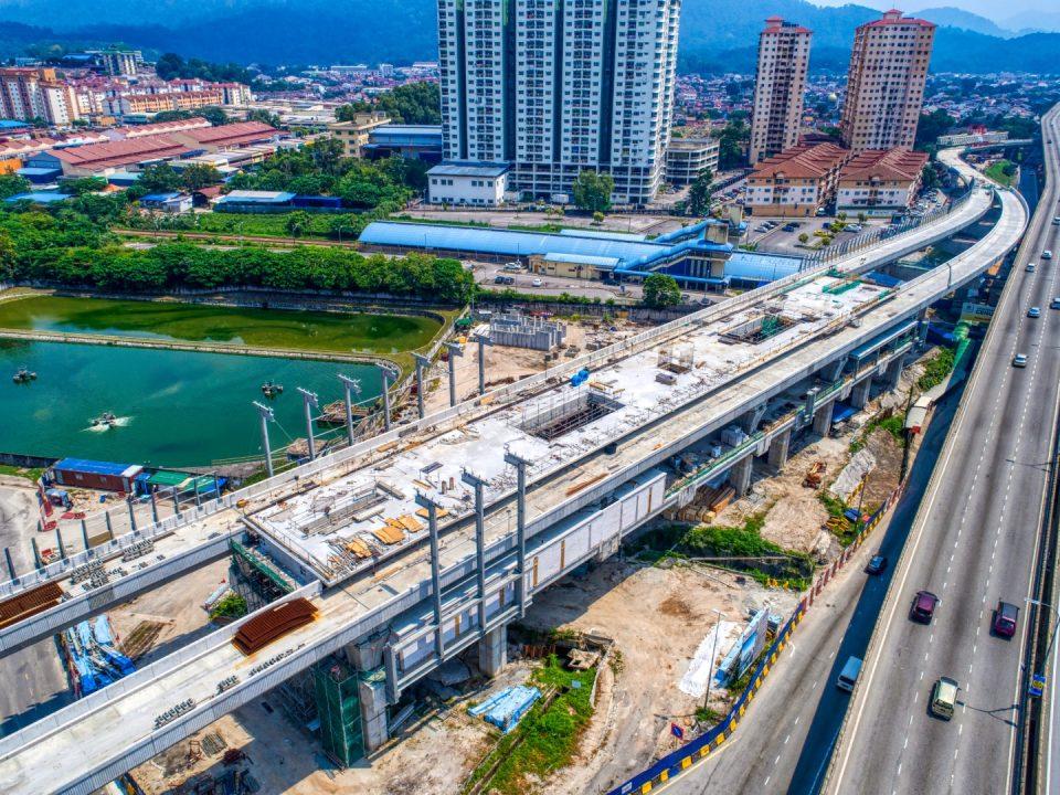 Pandangan pemasangan kerangka struktur besi dan cerucuk mikro untuk pintu masuk stesen sedang berjalan di tapak Stesen MRT Kepong Sentral.