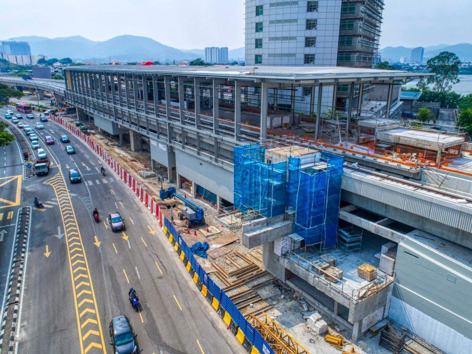 Pandangan udara menunjukkan kerja-kerja penuangan sedang dijalankan untuk lif Stesen MRT Sri Delima.