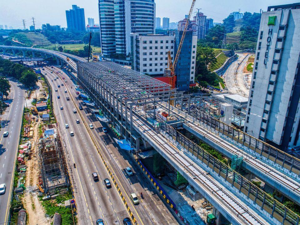 Pandangan udara kerja-kerja bumbung stesen sedang dijalankan di tapak Stesen MRT Sri Damansara Barat.