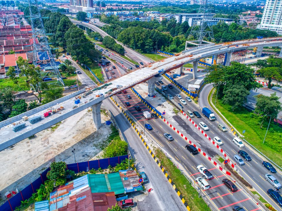 Pandangan udara menunjukkan pemasangan kerja-kerja parapet yang telah siap di jajaran merentasi Jalan Kuching.